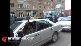 Գյումրի. լարված իրավիճակ փողոցներում: Երթի մասնակիցներին բերման են ենթարկել, տարել Երեւան
