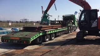 大型トレーラーから、鉄板を荷降ろし