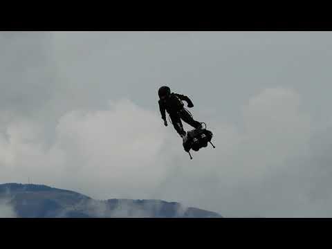 """富士スピードウェイ上空に""""ロケットマン""""現る。※Zapata Flyboard Air(ザパタ・フライボード・エアー)"""