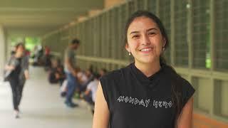 UdeA - Pamela saluda al profe Alejandro en la Facultad de Artes. Día del Maestro 2018