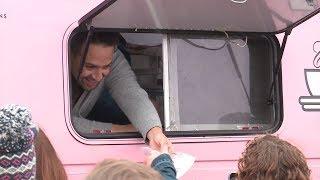 Lin-Manuel Miranda hands out doughnuts in Chicago outside 'Hamilton: The Exhibition'