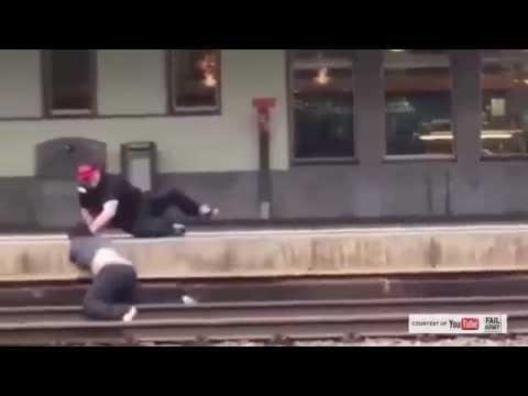 [HEBOH] 2 Pemuda Hampir Tertabrak Kereta Api Karena Berkelahi