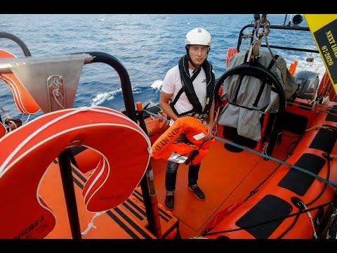 نزول عشرات المهاجرين من على سفينة لخفر السواحل في ايطاليا  - 13:22-2018 / 7 / 13