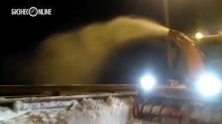Снег с моста Миллениум сбрасывают прямо в Казанку   видео очевидцев