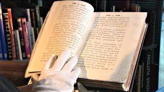 Руками не трогать. Только в перчатках можно взять старинную книгу в библиотеке Ханты-Мансийска