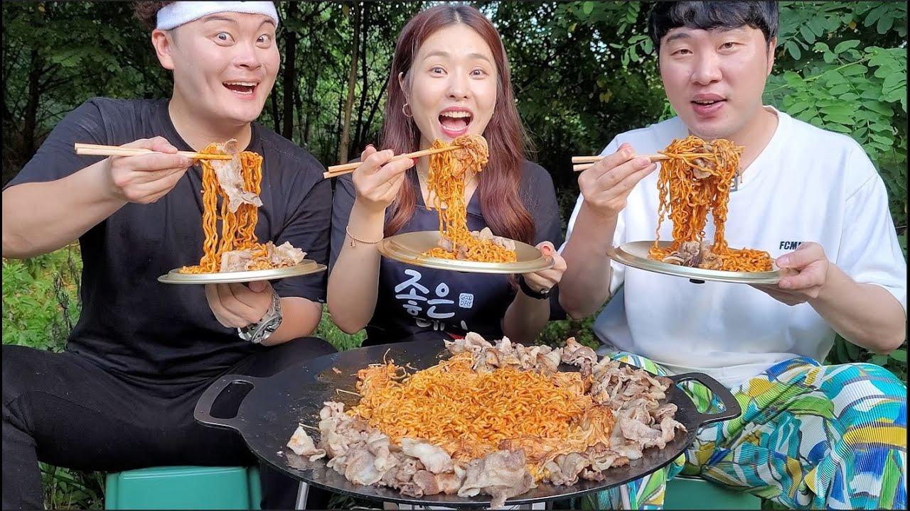 불닭볶음면 대패삼겹살 팽이버섯 솥뚜껑 먹방!! Buldak fire noodles Grilled Thin Pork Belly Spicy enoki mushrooms mukbang