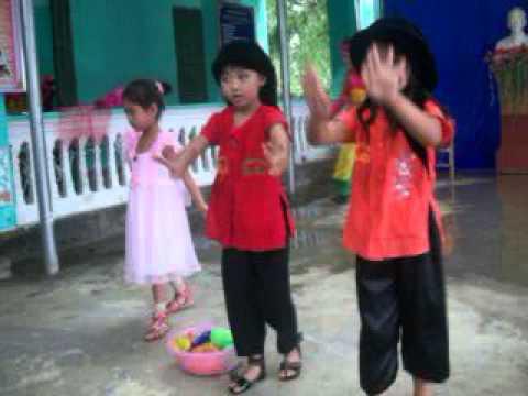 Múa bà còng đi chợ - Lớp MG 5 tuổi