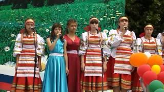Детский ансамбль исполняет