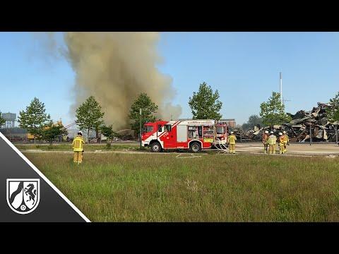 Feuerwehr löscht Großbrand