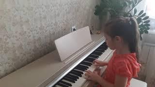 Маленькая девочка играет на пианино Воздушный шарик