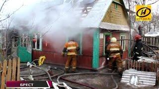 Частный дом горел в Бресте(Тревожный звонок поступил от 35-летней хозяйки. К приезду сотрудников МЧС огнём уже была охвачена кровля...., 2016-01-06T08:49:25.000Z)