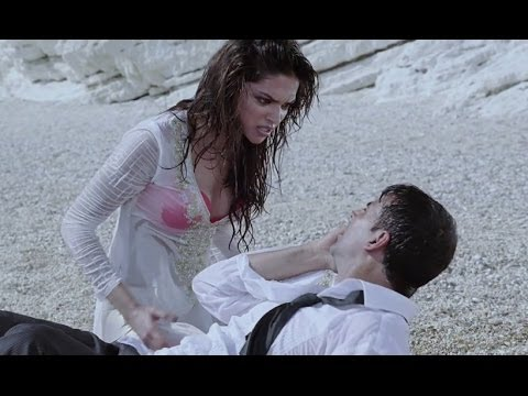 Hot Deepika Padukone kissing on a beach - Housefull