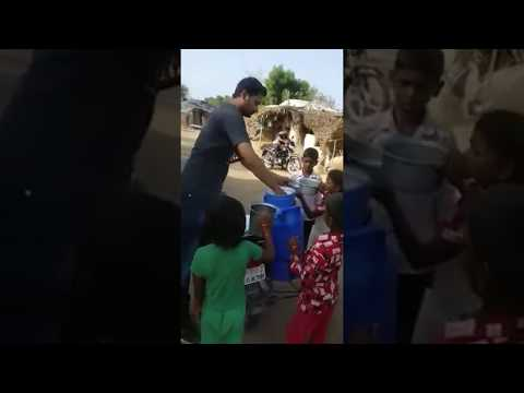 Farmers Strike In Maharashtra : Live Uncut Footage Of Farmer Distribute Milk Free To Kids