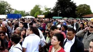 Fête nationale de la Colombie 2011 à Paris sur TV28 (extrait).(La totalité de ce reportage de 33 minutes est sur http://www.tv28.fr et sur Youtube. Reportage web télévisé de la web tv francilienne TVIDF http://www.tvidf.fr ..., 2011-07-28T01:29:21.000Z)