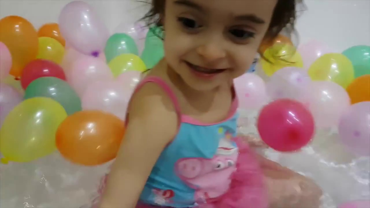 Peppa Pig Swimming Costume ♫ Pretty Balloons Song
