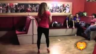 Девушка красиво танцует Бачата