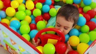 Berat Top Havuzunda Oynadı | Playing Ball Pool Fun Kid Video