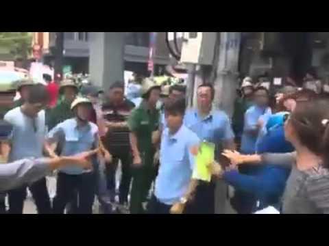 HOT: Hàng chục công an lao vào đánh đập một người biểu tình không tất sắc trong tay
