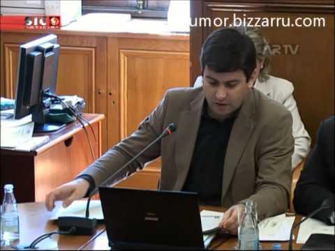 Alvaro Santos Pereira ri-se com gozo ao Ministro das Finanças