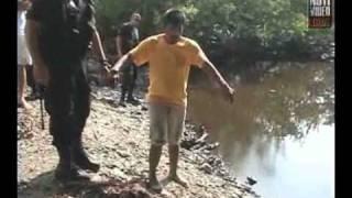 Delincuentes lanzan a niño al río con cocodrilos...
