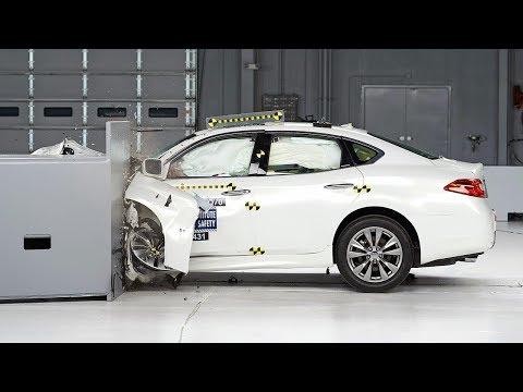 2014 Infiniti Q70 driver side small overlap IIHS crash test