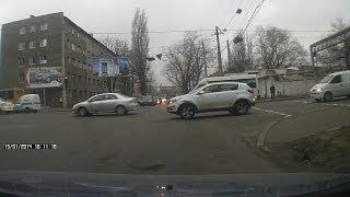 ДТП в Одессе: джип Ниссан не поделил с Мерседесом пять полос
