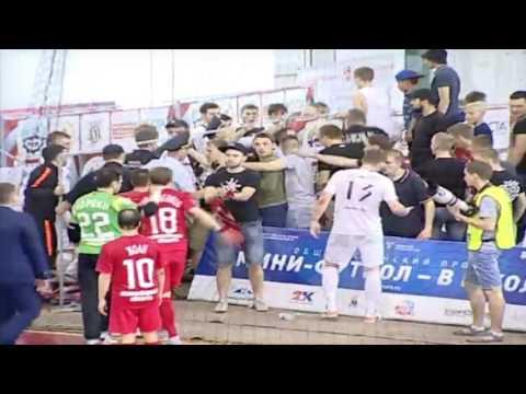 Футболисты Тюмени покидают площадку за 2 минуты до конца матча