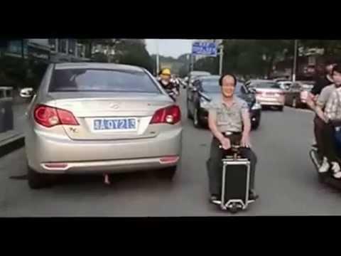 """【Travelmate】歩くと後ろをついてくる""""自走式""""スーツケース、日本上陸!"""