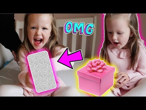 5 YEAR OLD GETS FIRST MOBILE PHONE!