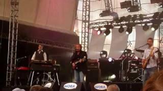 """Level 42 spielen live auf der Kieler Woche 2009 """"Lessons In Love""""."""