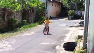 Dik daffa belajar naik sepeda