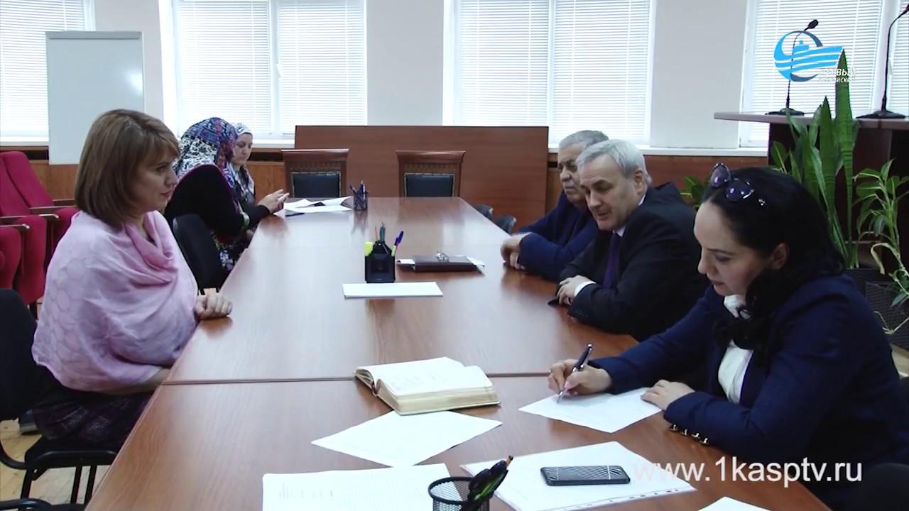 Обращения каспийчан выслушал руководитель государственной инспекции труда РД Арсен Булатов