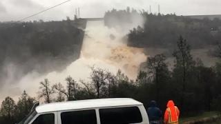 Lo vỡ đập nước cao nhất Mỹ, 200.000 dân California sơ tán: Clip nước cuồn cuộn chảy từ đập tràn phụ đập Oriville