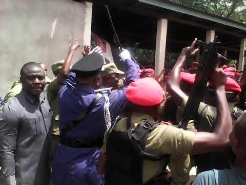 Askari kikosi cha ffu Mkoa wa Pwani wakifurahia na IGP Siro alipo fanya ziara mkoani humo