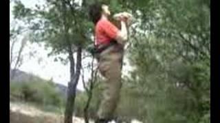 Fornido Juan tirando una piedra al rio