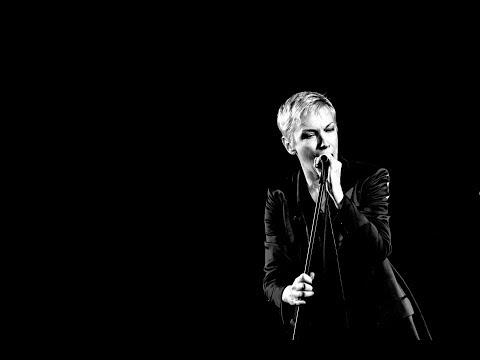 Annie Lennox - I Put A Spell On You. HQ audio. Lyrics on screen.