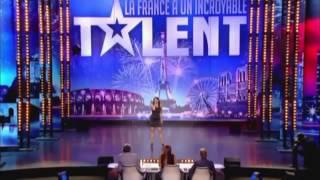 Красивая девушка на шоу талантов поёт гроулингом