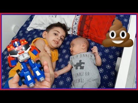 Yaramaz Bebek Emir Abisinin yatağına Kaka yaptı:)) Efe emir ağlamasın diye bütün oyuncakları dagıttı