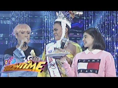It's Showtime Miss Q & A: Juliana Parizcova Segovia eats chicharon