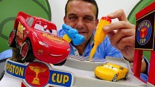 Rayo McQueen construye un garaje. Vídeos de juguetes.