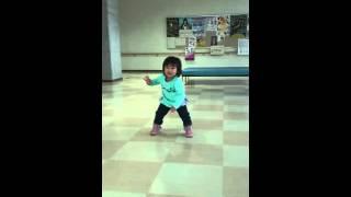 ひなちゃん(2歳7ヶ月)が、BGMで流れていた嵐の曲に合わせて突然踊り始...