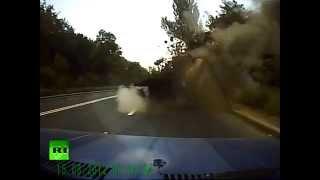 Водитель из Донецка снял на видео снаряд, взорвавшийся в метре от его машины(«Мой второй день рождения» - так озаглавил автомобилист видеозапись, на которой снаряд, неожиданно вылетев..., 2014-08-05T20:17:05.000Z)