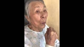 祖母(92歳)にぺろぺろ飴をあげたら、こんな早さで!まるで歯みがきをし...