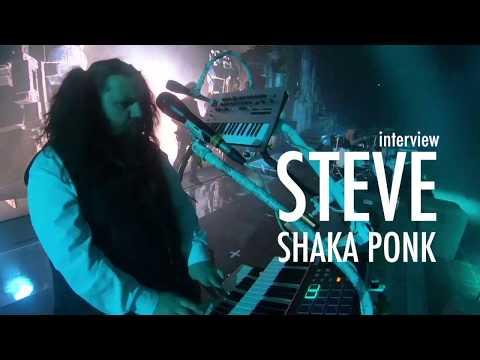 Steve de SHAKA PONK en interview sur scène avec AKAI et KORG (vidéo de La Boite Noire)