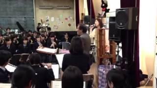 歌手の斎藤恵子さん、石田先生の指揮で越冬つばめを熱唱.