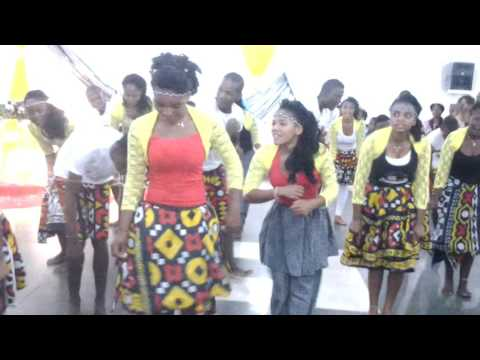 dançando em casamento angolano - Omboio;...