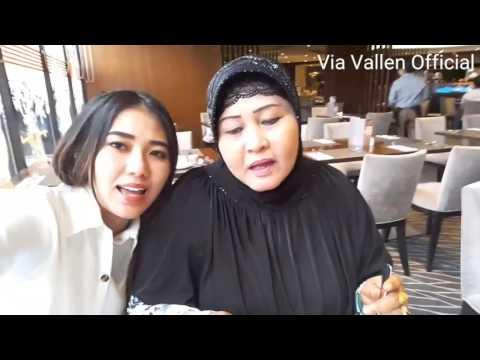 asiknya Via Vallen &mama makan pindang di Hongkong