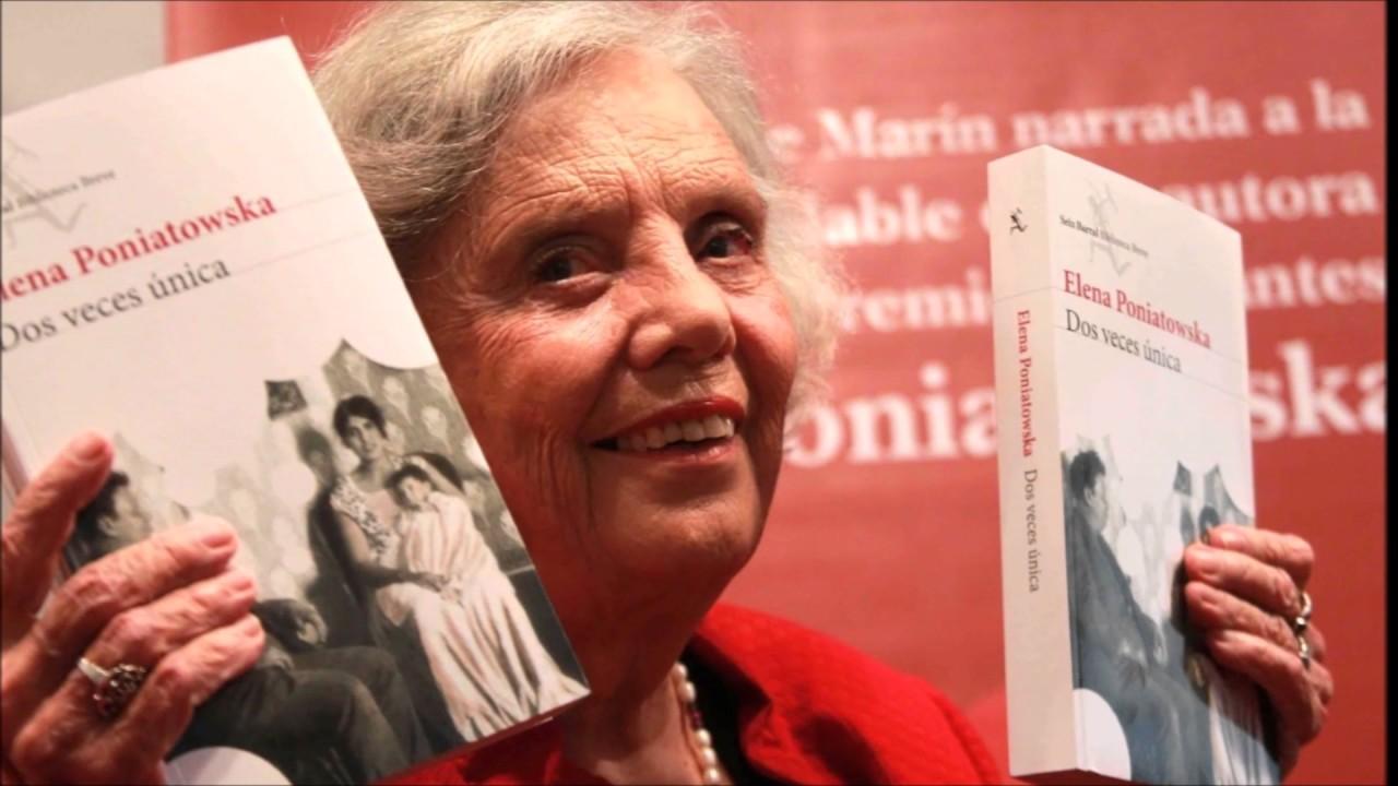 Poniatowska sosteniendo su libro Dos veces única.