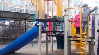 Дети играют после садика - игры на горке.