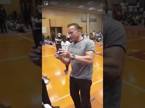 Los Anormales - Le pegan PATADA VOLADORA a Arnold Schwarzenegger